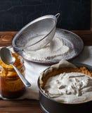 Primer cambiante de la empanada de Banoffee con caramelo en la tabla de madera Imagen de archivo