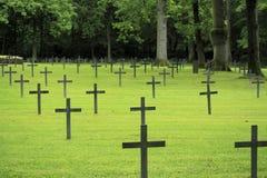 Primer cementerio de la guerra mundial de la cruz negra alemana Fotos de archivo