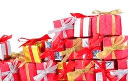 Primer colorido de los regalos en un blanco Imagenes de archivo