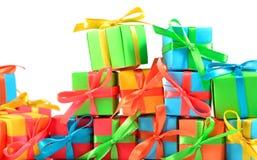 Primer colorido de los regalos en un blanco Fotos de archivo libres de regalías