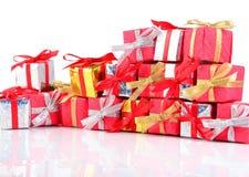 Primer colorido de los regalos en un blanco Fotos de archivo