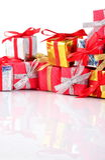 Primer colorido de los regalos en un blanco Fotografía de archivo libre de regalías