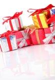 Primer colorido de los regalos en un blanco Imágenes de archivo libres de regalías