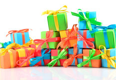 Primer colorido de los regalos en un blanco Foto de archivo libre de regalías