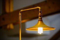 Primer con la lámpara metálica Una lámpara encendida metálica de oro Fotos de archivo libres de regalías