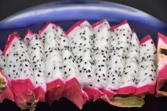 Primer cortado en una placa azul, Dragon Fruit de Pitahaya imagen de archivo