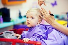 Primer corte de pelo del niño pequeño imagen de archivo