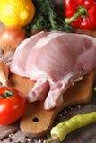 Primer crudo de la carne de cerdo y verduras frescas verticales Fotografía de archivo
