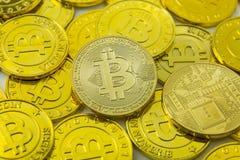 Primer crypto de la imagen del dinero electrónico de la moneda de Bitcoin fotografía de archivo