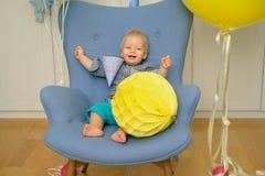 Primer cumpleaños del bebé de un año Niño del niño que se sienta en silla Imagen de archivo libre de regalías