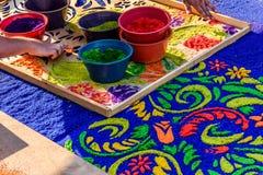 Primer de adornar la alfombra prestada de la procesión, Antigua, Guatemala Fotografía de archivo