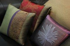 Primer de almohadillas en un sofá Imagenes de archivo