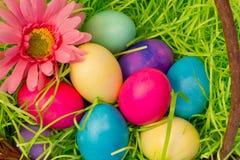 Primer de arriba de los huevos de Pascua coloreados en cesta imagen de archivo libre de regalías