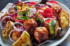 primer de asado recientemente en las verduras calientes de un horno - patatas, berenjenas, calabacín, tomates, paprikas en un dis fotos de archivo