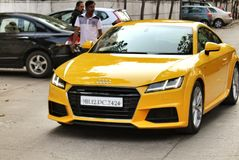 Primer de Audi a estrenar TT exhibido en un festival de la universidad en Pune, la India Imagenes de archivo