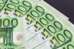 Primer de 100 billetes de banco euro Imágenes de archivo libres de regalías