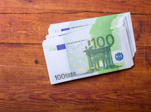 Primer de 100 billetes de banco euro en el fondo de madera Foto de archivo libre de regalías