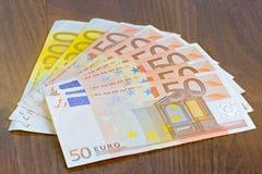 Primer de billetes de banco euro en la tabla Imágenes de archivo libres de regalías