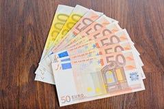Primer de billetes de banco euro en la tabla Imagen de archivo libre de regalías
