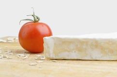 Primer de Brie Cheese And Fresh Tomato Foto de archivo libre de regalías