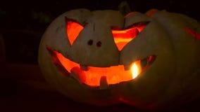 Primer de calabazas que brillan intensamente talladas Halloween asustadizas almacen de video
