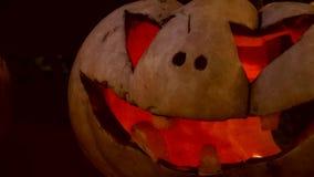 Primer de calabazas que brillan intensamente talladas Halloween asustadizas metrajes