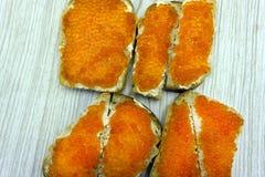 Primer de canapes con el caviar de la mantequilla y de los salmones fotografía de archivo