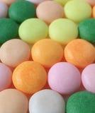 Primer de caramelos redondos coloridos con el foco selectivo para el fondo Imagen de archivo