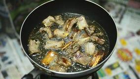 Primer de chuletas de cerdo fritas en el sartén en la estufa almacen de video