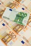 Primer de cientos billetes de banco del euro Foto de archivo libre de regalías