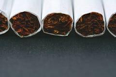 Primer de cigarrillos en la tabla negra Imágenes de archivo libres de regalías