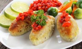 Primer de cocido en chuletas de los pescados del horno Fotografía de archivo
