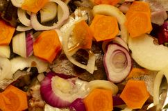 Primer de cocinar en el horno, pescado que cuece con las verduras fotos de archivo libres de regalías
