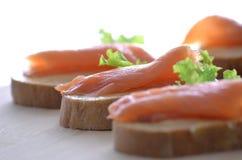 Primer de color salmón fumado de los canapes Foto de archivo libre de regalías