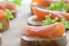 Primer de color salmón fumado del emparedado Imagen de archivo libre de regalías