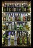 Primer de Colorfull de un refrigerador por completo de bebidas foto de archivo libre de regalías