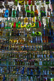 Primer de Colorfull de un refrigerador por completo de bebidas fotografía de archivo