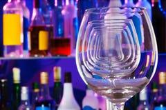 Primer de copas de vino transparentes en fila Imágenes de archivo libres de regalías