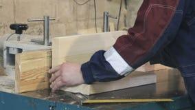 Primer de correr un tablero de madera de construcción a través de una herramienta eléctrica de madera de la ensambladora almacen de video