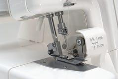 Primer de costura de la maquinaria de Overlock Imágenes de archivo libres de regalías
