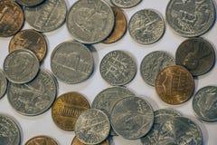 Primer de cuartos, de monedas de diez centavos, de níqueles y de peniques fotografía de archivo libre de regalías