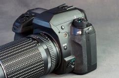 Primer de Digitaces SLR contra gris Imagen de archivo