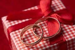 Primer de dos anillos de bodas del oro y cajas de regalo Fotos de archivo libres de regalías