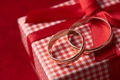 Primer de dos anillos de bodas del oro y cajas de regalo Fotografía de archivo libre de regalías