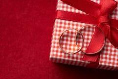 Primer de dos anillos de bodas del oro y cajas de regalo Imagen de archivo libre de regalías