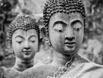 Primer de dos estatuas viejas de Buda del templo antiguo arruinado imagenes de archivo