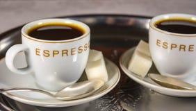 Primer de dos pequeñas tazas con café express Imágenes de archivo libres de regalías