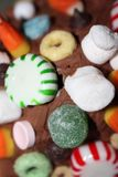 Primer de dulces y de caramelos en la formación de hielo del chocolate foto de archivo