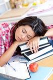 Primer de estudiar adolescente caucásico cansado de la muchacha Foto de archivo
