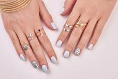 Primer de fingeres femeninos con la manicura y los anillos Fotos de archivo libres de regalías